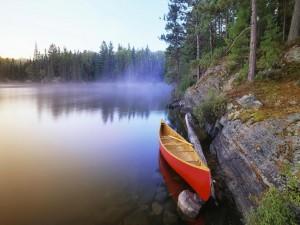 Postal: Canoa roja en el lago Pinetree