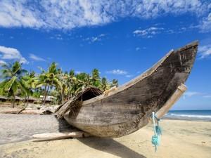 Postal: Canoa de madera en una playa de Hawái