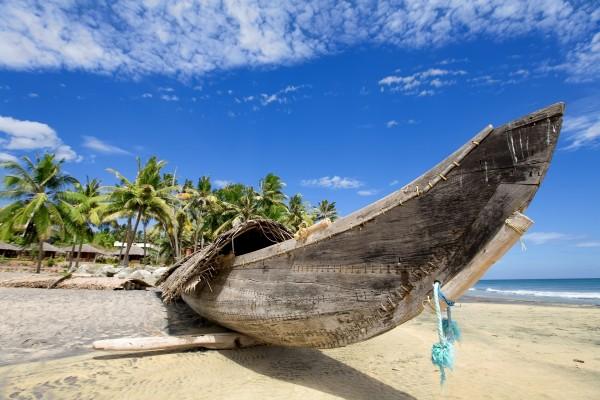 Canoa de madera en una playa de Hawái