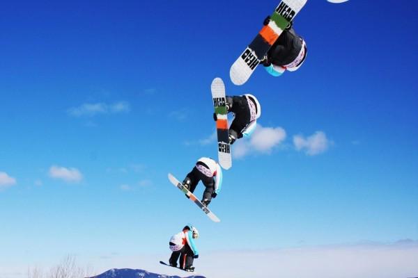 Volando con una tabla de snowboard