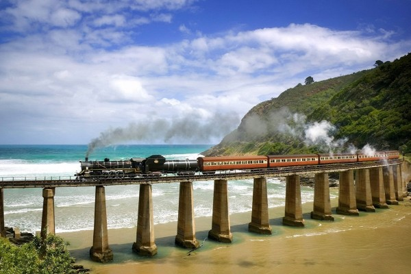 Tren de vapor cruzando la playa