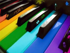 Postal: Piano con las teclas de colores