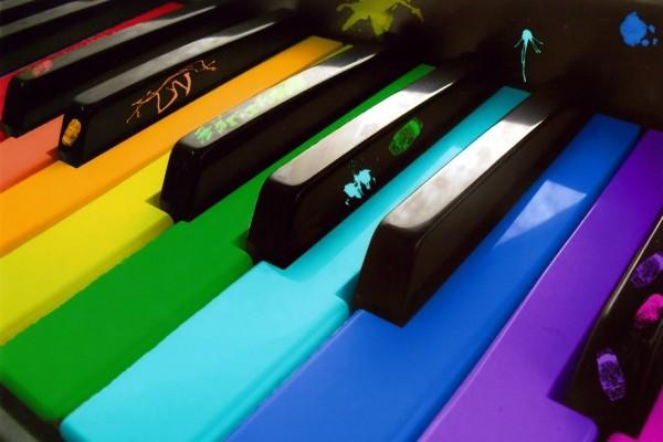 Piano con las teclas de colores