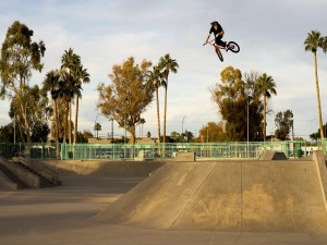 Tom Dugan haciendo saltos de BMX