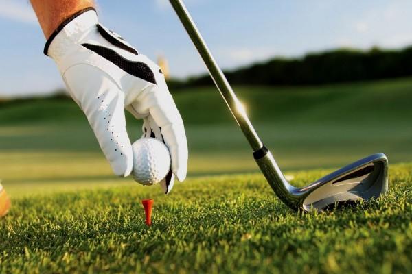Colocando la pelota de golf en el tee