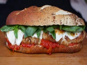 Postal: Pan de cereales con albahaca, mozzarella y tomate