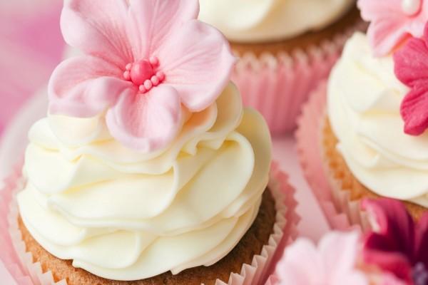 Cupcakes decoradas con nata y flores