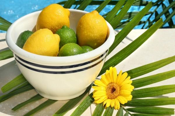 Limones y limas en un cuenco