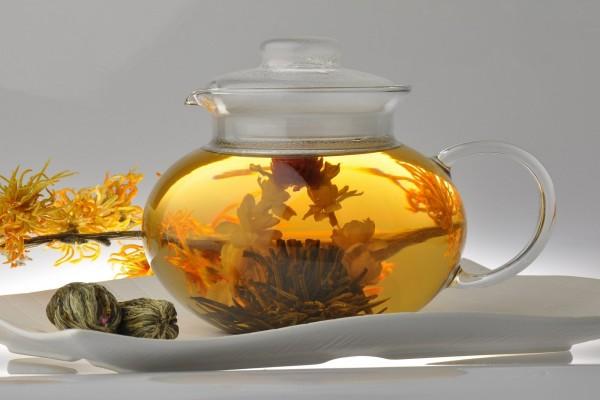 Tetera con flores de té