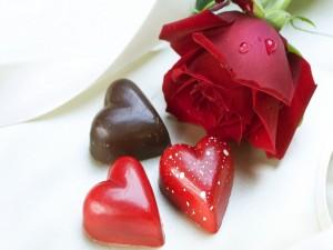 Postal: Corazones de chocolate y una rosa