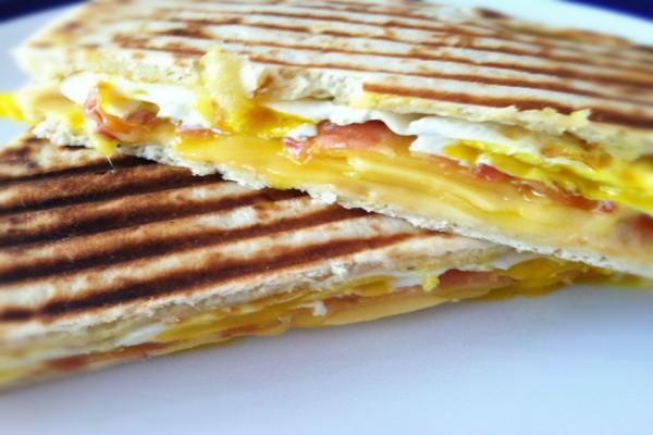 Sándwich tostado con jamón, queso y huevo