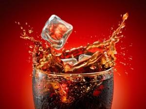 Bebida de cola con hielo