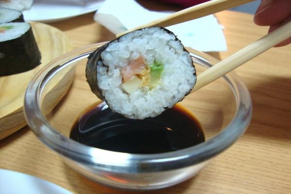 Mojando un nori maki en salsa de soja