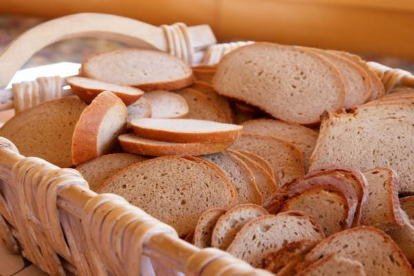 Cesta con pan en rodajas