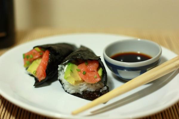 Alga nori con salmón y aguacate