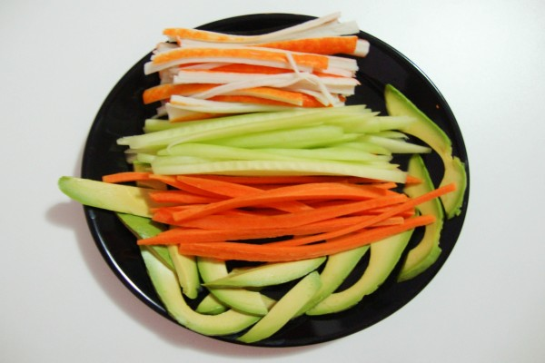 Verduras cortadas para preparar makis