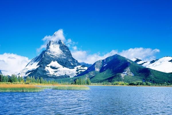 La cumbre del Monte Cervino oculta por una nube