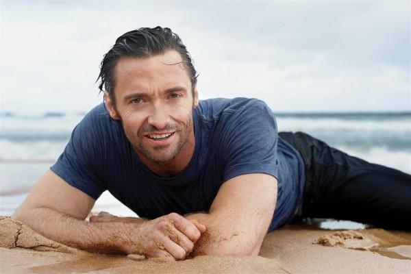 Hugh Jackman tumbado en la playa