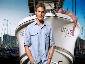 Dexter Morgan junto a su barco