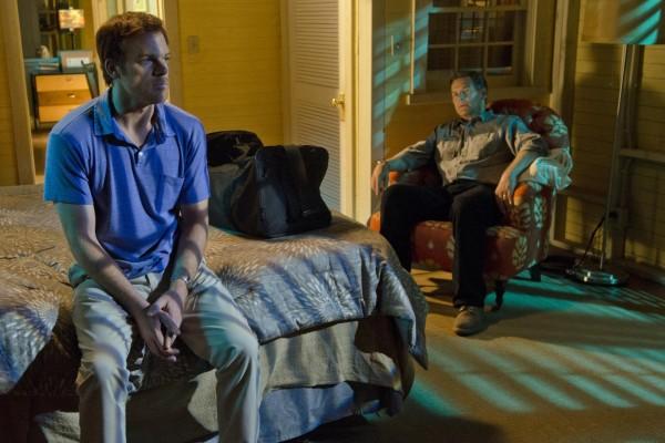 Dexter Morgan charlando con su padre