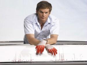 Dexter con guantes ensangrentados