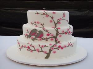 Postal: Tarta blanca decorada con pajaritos