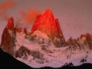 Luz roja sobre la montaña