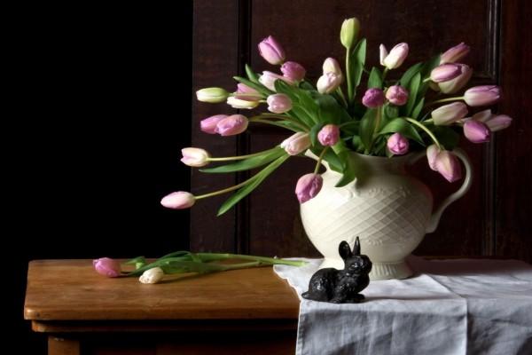 Jarrón con tulipanes