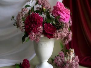 Jarrón con grandes rosas