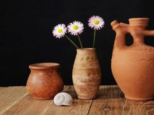 Tres margaritas en un jarrón de cerámica