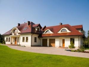 Casa con tejas rojas y paredes color crema