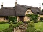 Casa rústica con un bonito tejado negro