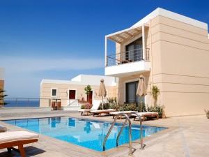 Postal: Residencia con piscina junto a la playa