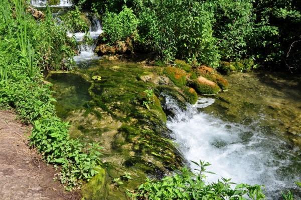 Saltos de agua en el curso del río Krka, Eslovenia