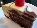 Porción de tarta de queso y chocolate