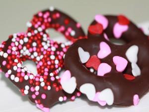 Pretzels cubiertos de chocolate con sprinkles de colores