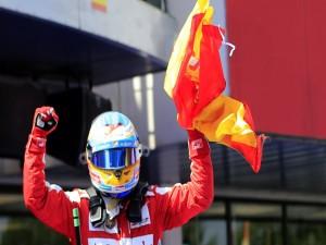 Postal: Fernando Alonso con la bandera española tras ganar el Gran Premio de España 2013