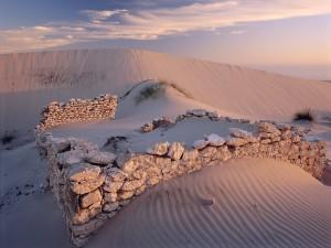Ruinas de una casa de piedra en el desierto