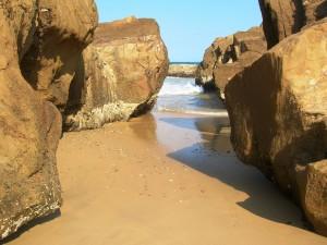 Enormes piedras en la playa