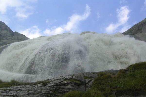 Una cortina de agua cayendo por la montaña