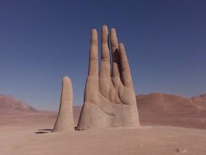 """Postal: La """"Mano del desierto"""", escultura cerca de Antofagasta (Chile)"""