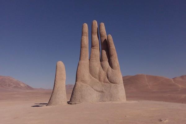 """La """"Mano del desierto"""", escultura cerca de Antofagasta (Chile)"""