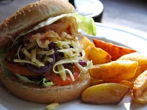 Hamburguesa con queso rallado y patatas