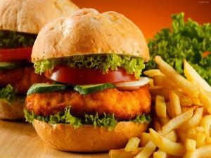 Postal: Hamburguesas de pollo empanado con rodajas de pepino