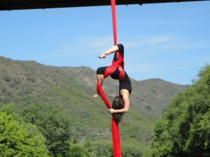 "Mujer practicando ""Tela acrobática"""