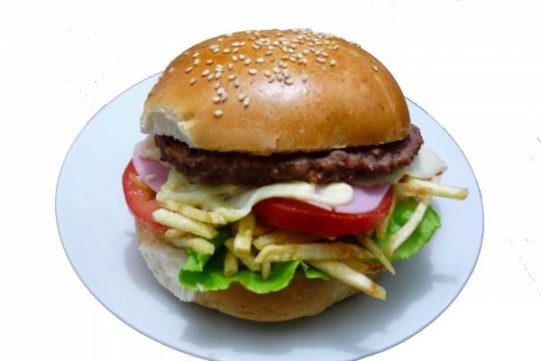 Hamburguesa con patatas fritas en su interior