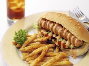 Perrito caliente con patatas fritas