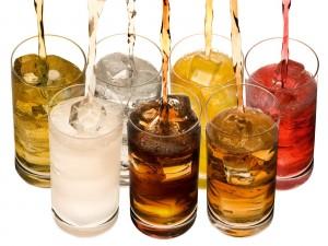 Vasos con refrescos de colores
