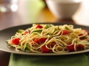 Postal: Plato de espaguetis con tomate y aguacate