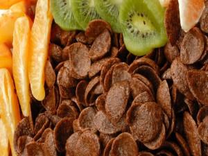 Copos de maiz chocolateados con naranja y kiwi
